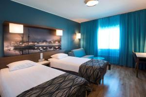 Cama ou camas em um quarto em Scandic Oulu Station