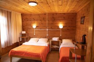 A bed or beds in a room at Boyarskiy Dvor Andreevskiy