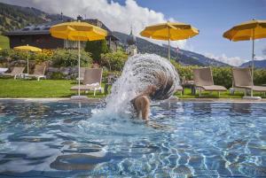 Der Swimmingpool an oder in der Nähe von Hotel Saalbacher Hof