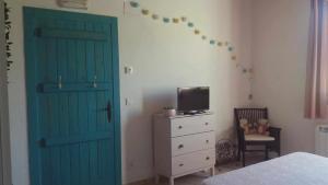 Télévision ou salle de divertissement dans l'établissement Habitacion dormitorio rural itaka