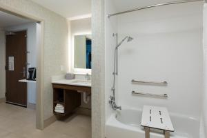 Ein Badezimmer in der Unterkunft Holiday Inn Express - Visalia, an IHG Hotel
