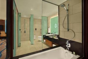A bathroom at DoubleTree by Hilton Hotel and Residences Dubai – Al Barsha