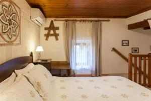 A bed or beds in a room at Alfa's Home Maisonette