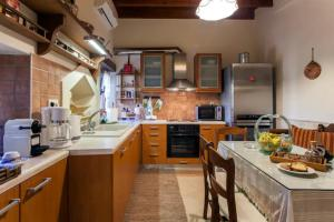 A kitchen or kitchenette at Alfa's Home Maisonette