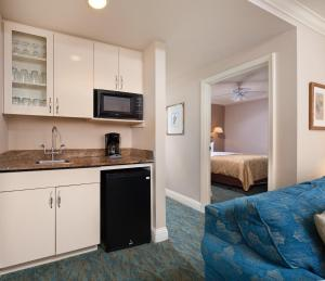 A kitchen or kitchenette at Inn at the Opera