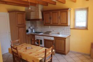 Cuisine ou kitchenette dans l'établissement Gite Ladagnous