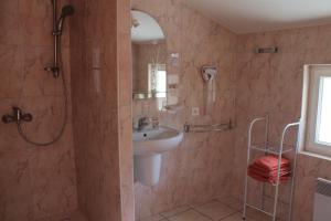 A bathroom at Hôtel Ladagnous
