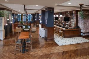 The lounge or bar area at Embassy Suites San Antonio Riverwalk-Downtown
