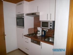 A kitchen or kitchenette at Gästehaus Hirschenhof