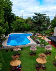 Una vista de la pileta en Howard Johnson Resort & Spa Escobar o alrededores