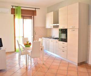 A kitchen or kitchenette at La Contessa