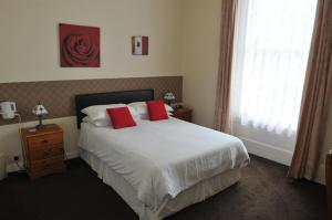 A bed or beds in a room at Alister Guest House