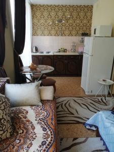 Кухня или мини-кухня в Апартаменты на Крымской 81