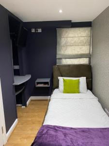 A bed or beds in a room at Astral Lodge
