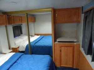 Двухъярусная кровать или двухъярусные кровати в номере Pahrump RV Park & Lodging