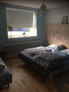 En eller flere senge i et værelse på Hostel Agger