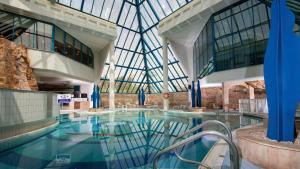 בריכת השחייה שנמצאת ב-יו ספלאש ריזורט אילת או באזור