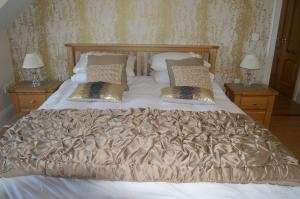 A bed or beds in a room at Victoria Gate Bed And Breakfast