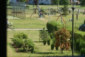 Plac zabaw dla dzieci w obiekcie Apartament blisko plaży (Osiedle Ogrody Kołobrzeg)