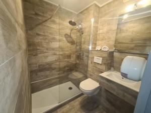 A bathroom at Hotel AUSTRIA Saint Etienne La Terrasse