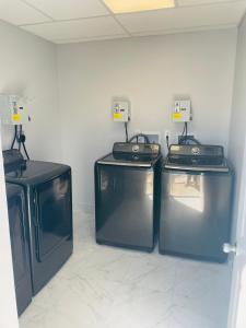 Una cocina o zona de cocina en Niagara Lodge & Suites