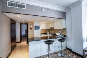 مطبخ أو مطبخ صغير في هوليداي إن أبوظبي داون تاون