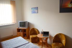 Televízia a/alebo spoločenská miestnosť v ubytovaní Penzion Pompano