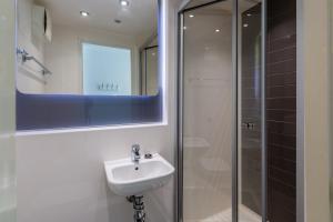 A bathroom at Destiny Student - Holyrood (Brae House)