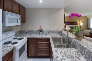 A kitchen or kitchenette at Best Western Plus Carpinteria Inn