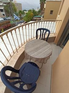 A balcony or terrace at Hanna's Place - Great Location