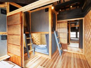 A bunk bed or bunk beds in a room at Hostel & Tatami Bar Uchikobare
