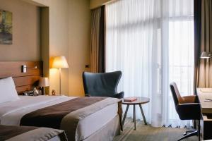 Кровать или кровати в номере Метрополь Гранд Отель Геленджик