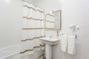 A bathroom at Emporium Lisbon Suites