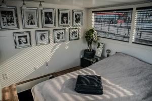 Un ou plusieurs lits dans un hébergement de l'établissement Houseboat Amsterdam