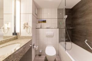 A bathroom at Park Inn by Radisson Köln City West