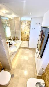 Koupelna v ubytování MONDRIAN Luxury Suites & Apartments Old Town Market Square I