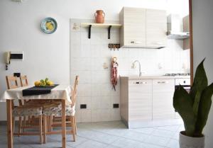 A kitchen or kitchenette at Villa Di Martino
