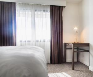 A bed or beds in a room at Serene Vegas