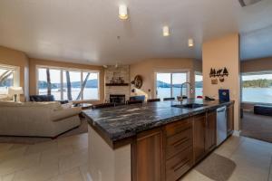 A kitchen or kitchenette at Lodge at Whitefish Lake