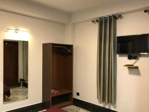 A television and/or entertainment centre at Hotel Rotara