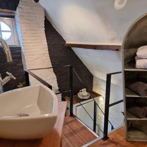 Een badkamer bij Onder de Poort Bed & Brocante