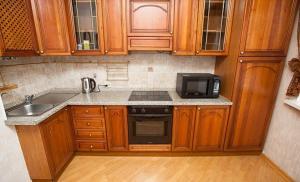 Кухня или мини-кухня в Standard Brusnika Apartments Akademicheskaya
