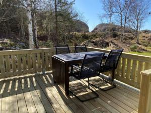 En balkong eller terrass på Stuga i naturskönt område på västra Tjörn