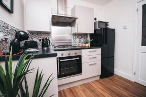 A kitchen or kitchenette at Commercial House, By Solace Stays