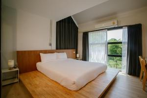 เตียงในห้องที่ Karpenter Lampang