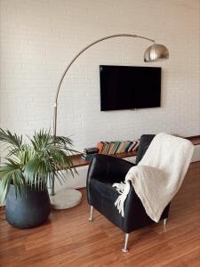 Uma TV ou centro de entretenimento em Modern Apartments with city view