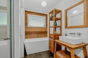 A bathroom at Steep Creek Retreat