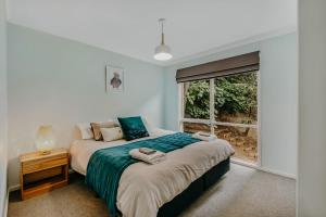A bed or beds in a room at Steep Creek Retreat