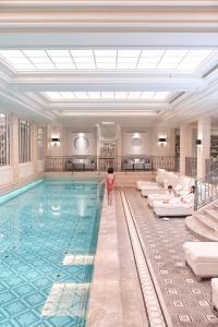 A piscina localizada em Four Seasons Hotel George V Paris ou nos arredores