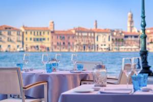 Ein Restaurant oder anderes Speiselokal in der Unterkunft Hilton Molino Stucky Venice